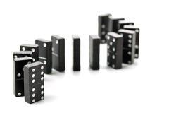 Πέτρες παιχνιδιών ντόμινο σε μια διαμορφωμένη s-curve σειρά Στοκ φωτογραφίες με δικαίωμα ελεύθερης χρήσης