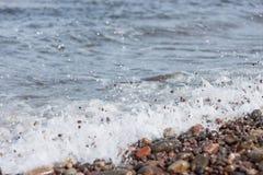 Πέτρες παραλιών στην κυματωγή Στοκ Εικόνες