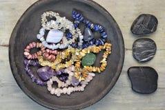 Πέτρες πολύτιμων λίθων και κρύσταλλα με τα χαλίκια τύμβων Στοκ Εικόνες
