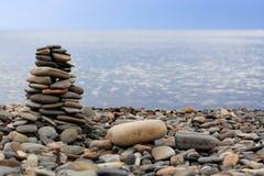 πέτρες πυραμίδων παραλιών στοκ εικόνες