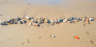 Πέτρες σε μια παραλία άμμου το καλοκαίρι Στοκ Φωτογραφίες