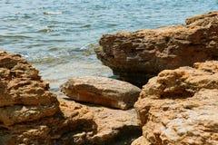 Πέτρες στην παραλία, όμορφο θερινό τοπίο θάλασσας, άγρια κινηματογράφηση σε πρώτο πλάνο παραλιών Στοκ εικόνα με δικαίωμα ελεύθερης χρήσης