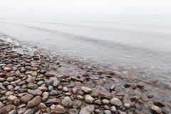 Πέτρες στη λίμνη Saimaa το ομιχλώδες πρωί Στοκ Εικόνες