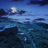 Πέτρες στη βουνοπλαγιά τη νύχτα στοκ φωτογραφίες με δικαίωμα ελεύθερης χρήσης