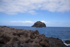 Πέτρες στη θάλασσα κοντά στο νησί στοκ εικόνα με δικαίωμα ελεύθερης χρήσης