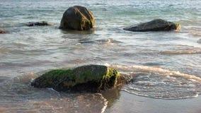 Πέτρες στη θάλασσα απόθεμα βίντεο
