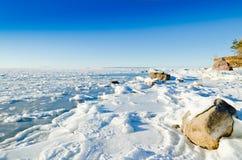 Πέτρες στον πάγο στην ακτή της θάλασσας της Βαλτικής Στοκ φωτογραφία με δικαίωμα ελεύθερης χρήσης