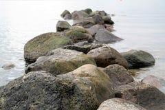 Πέτρες στο ήρεμο νερό Στοκ φωτογραφία με δικαίωμα ελεύθερης χρήσης