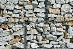 Πέτρες στο δίχτυ καλωδίων Στοκ εικόνες με δικαίωμα ελεύθερης χρήσης