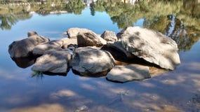 Πέτρες στο νερό Στοκ εικόνα με δικαίωμα ελεύθερης χρήσης
