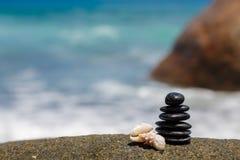 Πέτρες της Zen jy στην αμμώδη παραλία κοντά στη θάλασσα. στοκ εικόνα