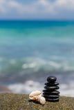 Πέτρες της Zen jy στην αμμώδη παραλία κοντά στη θάλασσα. στοκ εικόνες