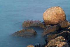 Πέτρες του λιμενοβραχίονα στο ηλιοβασίλεμα Στοκ Εικόνα