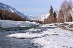 Πέτρες χιονιού πάγου βουνών ποταμών Στοκ φωτογραφία με δικαίωμα ελεύθερης χρήσης