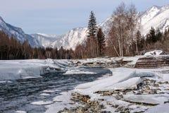 Πέτρες χιονιού πάγου βουνών ποταμών Στοκ Εικόνες