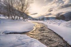 Πέτρες χιονιού πάγου βουνών ποταμών Στοκ φωτογραφίες με δικαίωμα ελεύθερης χρήσης