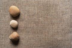 Πέτρες sackcloth στο υπόβαθρο Στοκ εικόνες με δικαίωμα ελεύθερης χρήσης