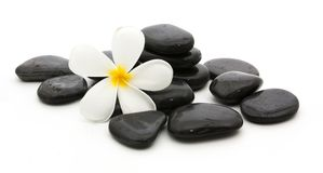 πέτρες SPA και όμορφο plumeria στο λευκό Στοκ εικόνα με δικαίωμα ελεύθερης χρήσης