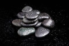 Πέτρες SPA. μαύρες λαμπρές πέτρες zen Στοκ Φωτογραφίες