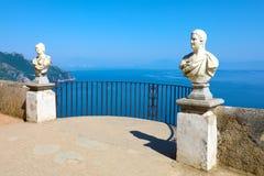 Πέτρινα αγάλματα στο ηλιόλουστο πεζούλι του απείρου στη βίλα Cimbrone επάνω από τη θάλασσα σε Ravello, ακτή της Αμάλφης, Ιταλία στοκ εικόνα