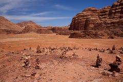 Πέτρινα αναχώματα ερήμων της Ιορδανίας ρουμιού Wadi στοκ εικόνες