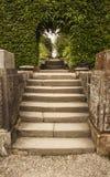 Πέτρινα βήματα για να σχηματίσει αψίδα και να περπατήσει μέσω Biddulph Grange Στοκ Εικόνες
