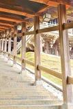 Πέτρινα βήματα με την ξύλινη στέγη στην αίθουσα Nigatsudo στο Νάρα Στοκ Φωτογραφίες
