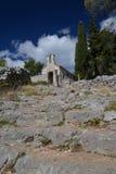 Πέτρινα βήματα που οδηγούν σε ένα παλαιό παρεκκλησι Νησί Hvar, Κροατία Στοκ Φωτογραφίες