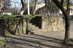 Πέτρινα βήματα στον τοίχο Τρόπος επάνω στα σκαλοπάτια στοκ φωτογραφία με δικαίωμα ελεύθερης χρήσης