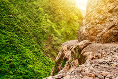 Πέτρινα διάβαση και βουνά στο Νεπάλ Στοκ εικόνα με δικαίωμα ελεύθερης χρήσης