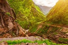 Πέτρινα διάβαση και βουνά στο Νεπάλ Στοκ Εικόνα