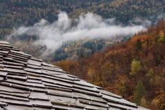 Πέτρινα κεραμίδια στη στέγη μιας καλύβας Στοκ εικόνες με δικαίωμα ελεύθερης χρήσης