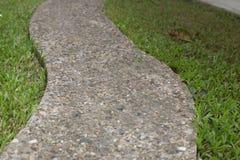 Πέτρινα κεραμίδια στον πράσινο κήπο Στοκ φωτογραφία με δικαίωμα ελεύθερης χρήσης
