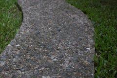 Πέτρινα κεραμίδια στον πράσινο κήπο Στοκ Φωτογραφία