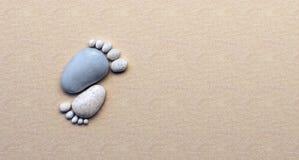 Πέτρινα πόδια από τα χαλίκια στην παραλία απεικόνιση αποθεμάτων