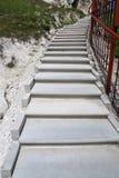 Πέτρινα σκαλοπάτια επάνω Η νέα κατασκευή των βημάτων πετρών Στοκ εικόνες με δικαίωμα ελεύθερης χρήσης