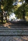 Πέτρινα σκαλοπάτια που οδηγούν στη βασιλική του ST Anne στο υποστήριγμα ST Στοκ Φωτογραφία