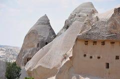 Πέτρινα «σπίτια» - κόκκινος αυξήθηκε κοιλάδα, Goreme, Cappadocia, Τουρκία Στοκ Εικόνες