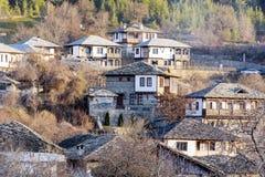 Πέτρινα σπίτια με τις στέγες πετρών στο χωριό Leshten Στοκ Εικόνα