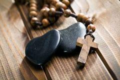 Πέτρινες καρδιές με rosary τις χάντρες Στοκ Εικόνες