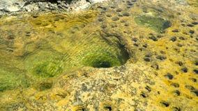 Πέτρινες παράκτιες σπηλιές στην άκρη μιας δύσκολης μεσογειακής ακτής απόθεμα βίντεο