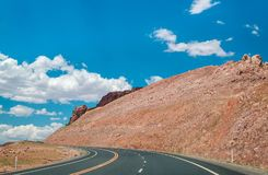 Πέτρινη έρημος στις ΗΠΑ Ένας γραφικός δρόμος στους άψυχους βράχους της Αριζόνα Στοκ εικόνα με δικαίωμα ελεύθερης χρήσης