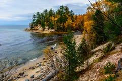Πέτρινη ακτή στους απεικονισμένους βράχους εθνικό Lakeshore, ΗΠΑ Φθινόπωρο FO Στοκ φωτογραφία με δικαίωμα ελεύθερης χρήσης