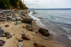 Πέτρινη ακτή στους απεικονισμένους βράχους εθνικό Lakeshore, ΗΠΑ Φθινόπωρο FO Στοκ εικόνες με δικαίωμα ελεύθερης χρήσης
