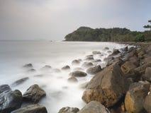 Πέτρινη ακτή στο νότο της Ταϊλάνδης Στοκ Φωτογραφία