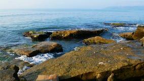 Πέτρινη ακτή της Μαύρης Θάλασσας απόθεμα βίντεο