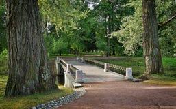 Πέτρινη αρχαία γέφυρα στο πάρκο της Catherine Tsarskoe Selo, πόλη Pushkin Στοκ εικόνες με δικαίωμα ελεύθερης χρήσης