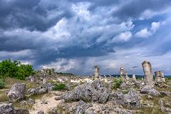 Πέτρινη δασική όμορφη άποψη αδύτων φαινομένου παλαιά με το διάσημο σχηματισμό βράχου κοντά στη Βάρνα, Βουλγαρία - kamani ` ` Pobi Στοκ φωτογραφία με δικαίωμα ελεύθερης χρήσης