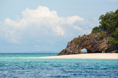 Πέτρινη αψίδα με την όμορφη παραλία Koh Khai στη Θάλασσα Ανταμάν, εθνικό πάρκο Tarutao, Ταϊλάνδη Στοκ φωτογραφία με δικαίωμα ελεύθερης χρήσης