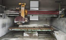 Πέτρινη βιομηχανία - κόβοντας γραμμή στο πριονιστήριο Στοκ Φωτογραφία